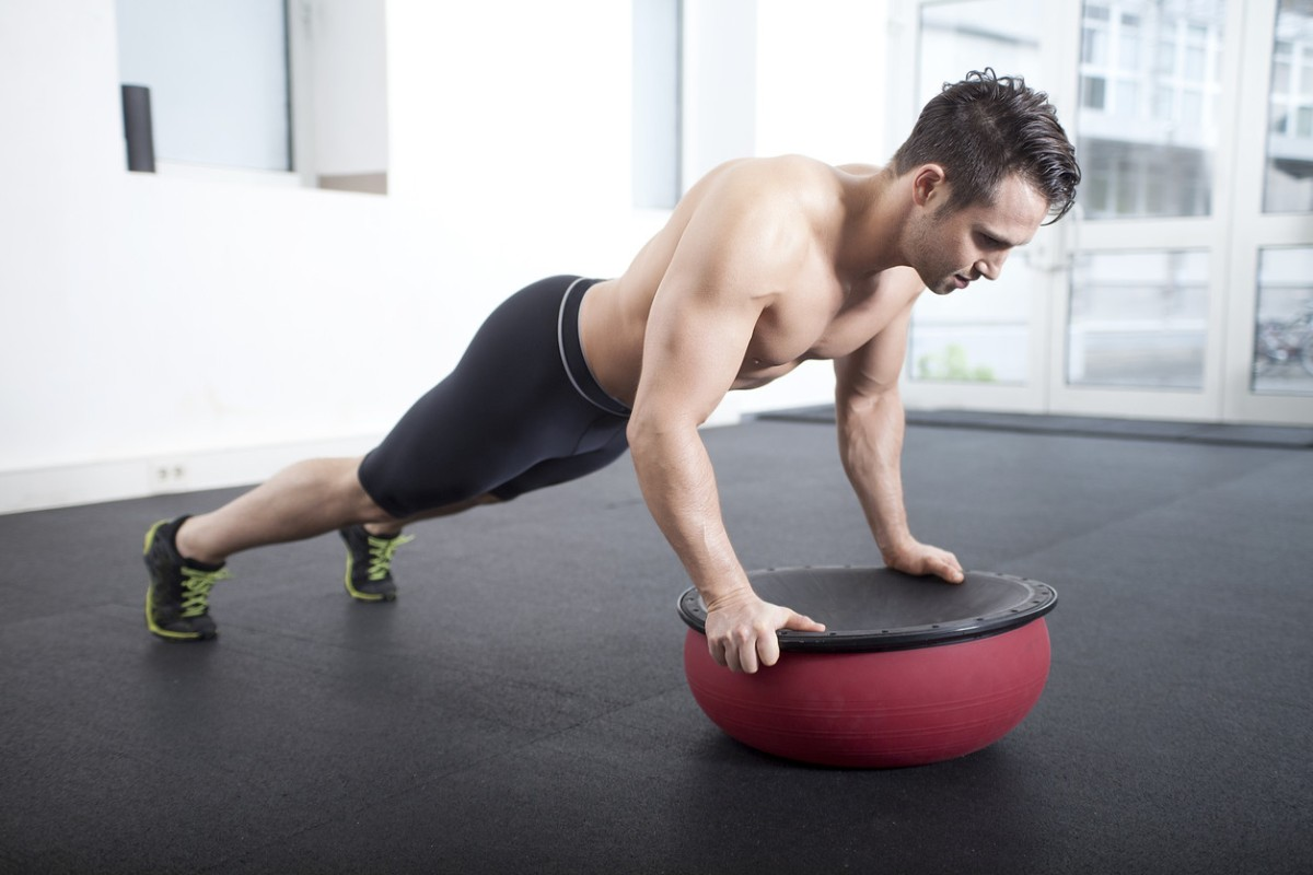 Si quieres un abdomen fuerte (y cuidar tu salud), ¡deja de hacer abdominales y entrena elcore!