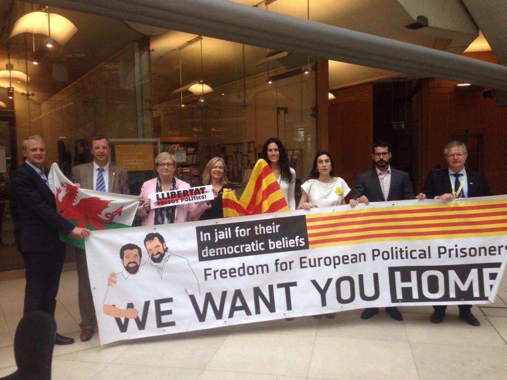 Familiars dels presos polítics denuncien a Westminster la sevasituació